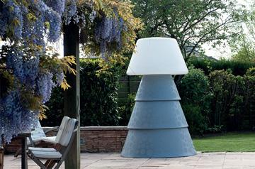 Grand lampadaire plastique en extérieur