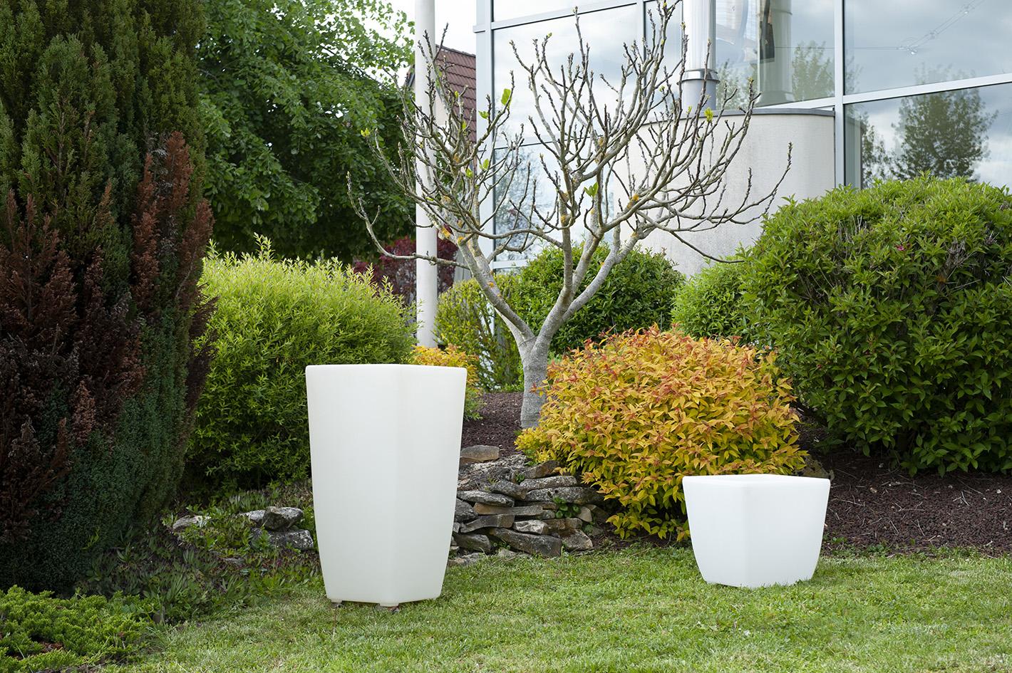 Un pot de fleur lumineux exterieur dans un jardin